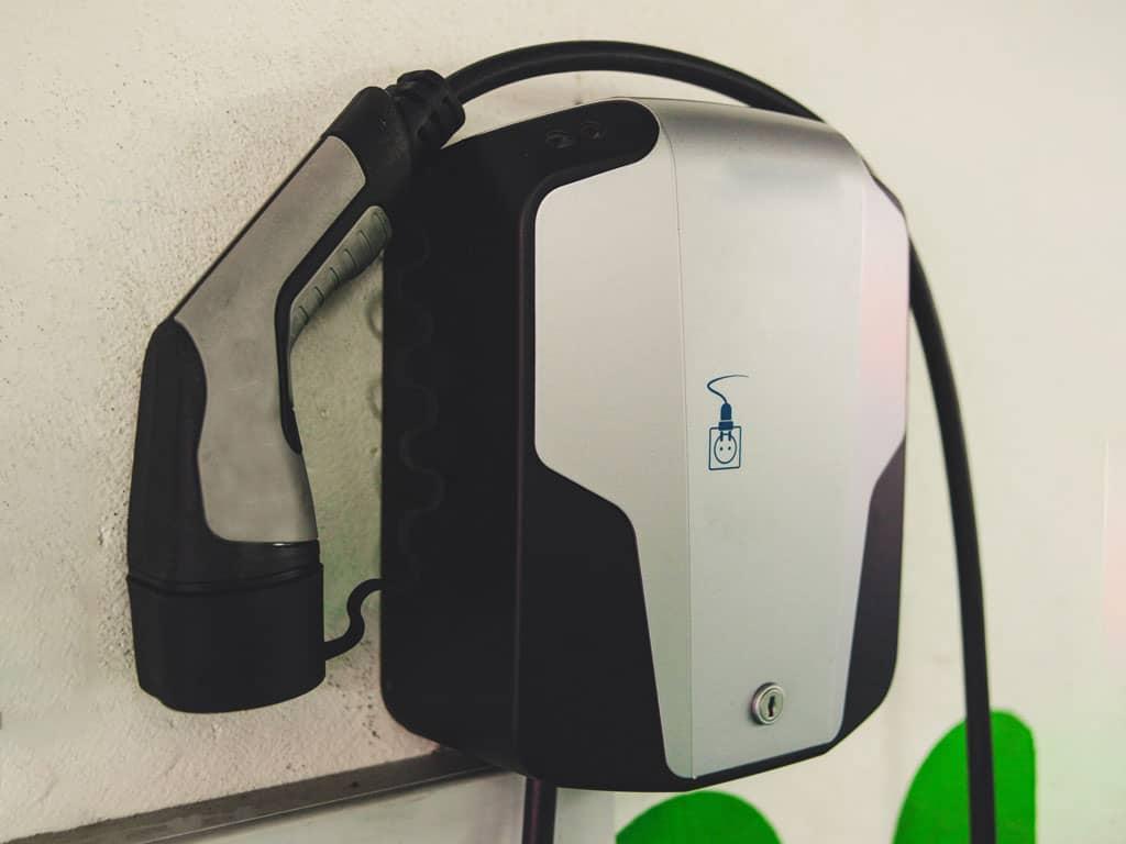 Cargador eléctrico coche | Local y Sostenible